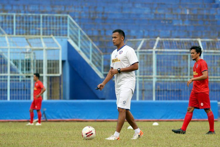 Asiten pelatih Arema FC Charis Yulianto memimpin latihan perdana jelang dilanjutkannya kompetisi Liga 1 2020 di Stadion Kanjuruhan Kabupaten Malang, Jawa Timur, Senin (03/08/2020) sore.