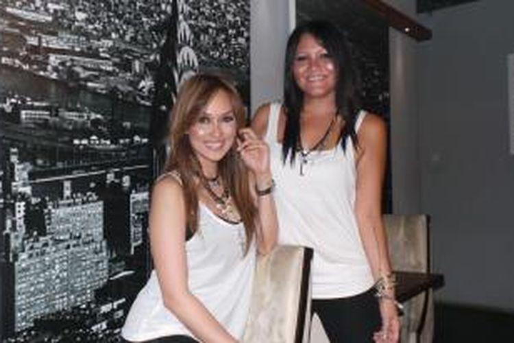 Melanie Subono (kanan) bersama Sara Wijayanto