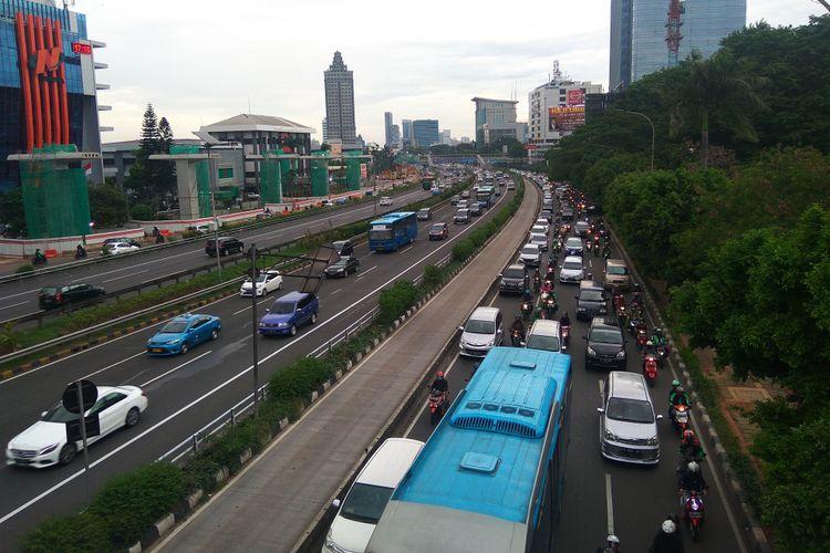 Situasi jalan MT Haryono Jakarta Timur yang kerap macetnimbas LRT, Jumat (5/1/2018)