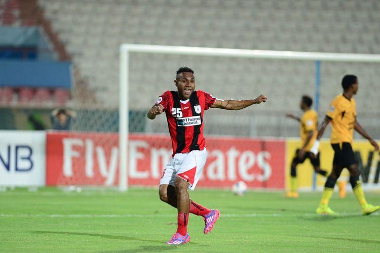 Pemain Persipura Jayapura, Titus Bonai, merayakan golnya ke gawang Qadsia SC di pentas AFC Cup 2014. Persipura kalah 2-4 dari Qadsia FC.