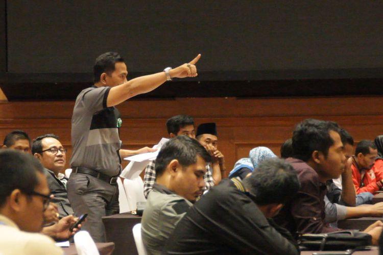 Mataram, Kompas Com- Sudirman salah seorang saksi  dari cakon anggota DPD Faruk Muhamnad, saat memprotes dalam pleno rekapitulasi dan penetapan hasil pemilu 2019