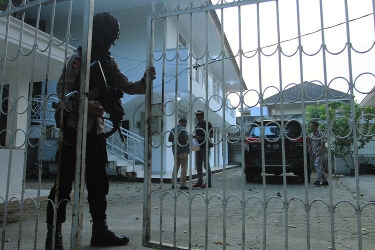 Penyidik KPK melakukan penggeledahan kantor PT Enra Sari yang berada di Jalan Gajah Mada Palembang, Sumatera Selatan, Rabu (4/9/2019).