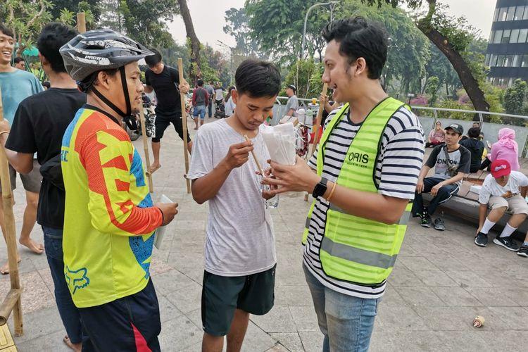 Oris memperkenalkan sedotan bambu kepada masyarakat yang sedang beraktivitas pada kegiatan Car Free Day (CFD) di Taman Dukuh Atas, Jakarta, Minggu (27/10/2019) pagi.