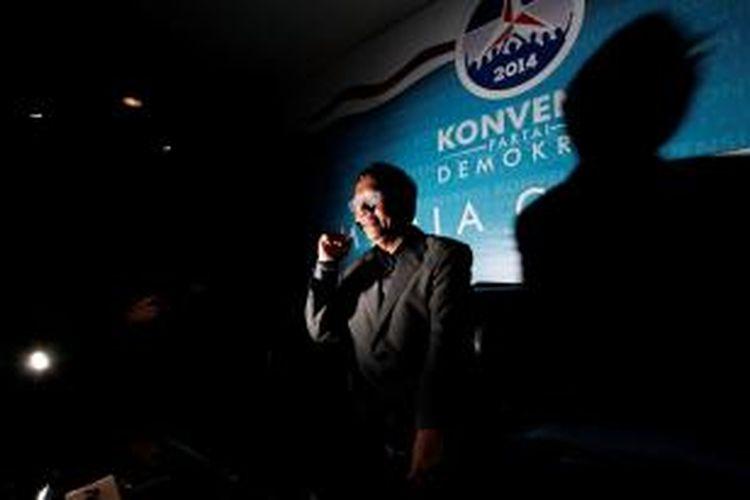 Mantan Ketua Mahkamah Konstitusi, Mahfud MD meninggalkan ruang wawancara prakonvensi Partai Demokrat di Jakarta, Kamis (29/8). Mahfud menyatakan mundur dari peserta prakonvensi Partai Demokrat dengan beberapa pertimbangan antara lain menyangkut soal hak dan kewajiban peserta konvensi dan Partai Demokrat.