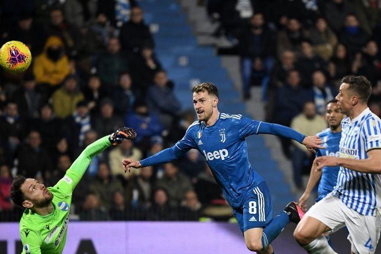 Gelandang Juventus, Aaron Ramsey mencetak gol kedua untuk timnya melewati kiper SPAL, Etrit Berisha (kiri) selama pertandingan sepak bola Serie A Italia SPAL vs Juventus pada 22 Februari 2020 di stadion Paolo-Mazza di Ferrara.