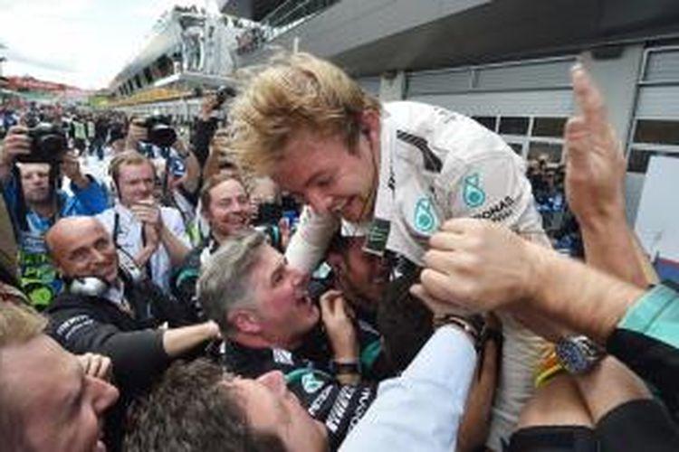 Pebalap Mercedes asal Jerman, Nico Rosberg, merayakan kemenangan bersama tim pada GP Austria di Sirkuit Red Bull, Spielberg, Minggu (2/6/2015).