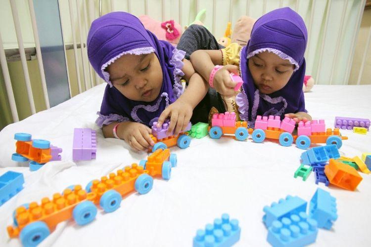 Balita kembar siam asal Garut, Al Putri Anugrah (Putri) dan Al Putri Dewiningsih (Dewi) saat dirawat di ruang Kemuning, RS Hasan Sadikin Bandung, Senin (28/8/2017).