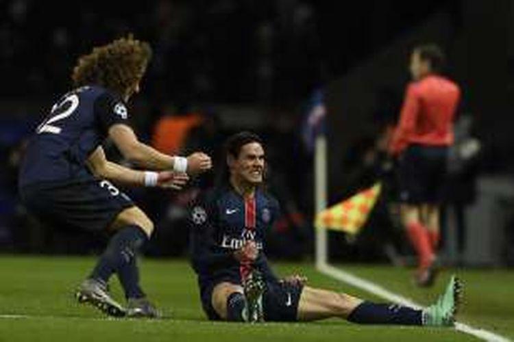 David Luiz (kiri) ikut merayakan gol Edinson Cavani (kanan) saat Paris Saint-Germain mengalahkan Chelsea pada leg pertama babak 16 besar Liga Champions di Stadion Parc des Princes, Selasa (16/2/2016).