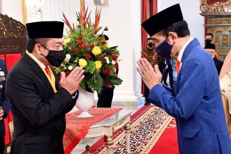 Direktur Utama Telkom Ririek Adriansyah (kiri) saat menerima penghargaan Bintang Jasa Nararya yang diserahkan langsung oleh Presiden Republik Indonesia, Joko Widodo (kanan) di Jakarta, Kamis (13/8/2020).