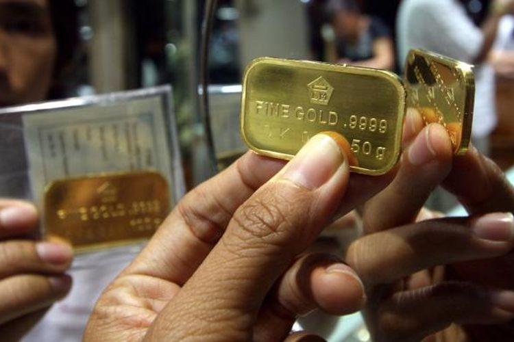 Logam mulia emas batangan dijual di toko emas Cantik di Pasar Tebet, Jakarta.