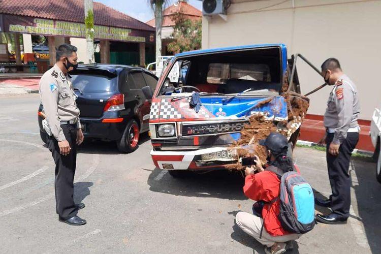 Mobil bak terbuka yang mengalami kecelakaan maut menewaskan 3 penumpangnya diamankan di Unit Laka Satlantas Polres Tasikmalaya, Selasa (18/8/2020).(KOMPAS.COM/IRWAN NUGRAHA)