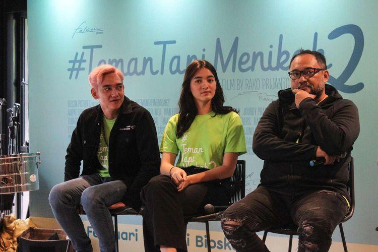 Para bintang film Teman Tapi Menikah menghadiri peluncuran poster dan trailer film tersebut di Falcon Bioskop, Mampang,Jakarta Selatan, Senin (20/1/2020).Film Teman Tapi Menikah 2 akan tayang di bioskop pada bulan 27 Februari.
