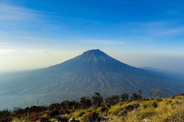 Gunung Sumbing Dilihat dari Gunung Sindoro.
