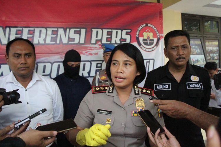 Kapolres Pati, Jawa Tengah AKBP Uri Nartanti, saat gelar perkara kasus terbunuhnya paranormal di Mapolres Pati, Senin (22/10/2018)