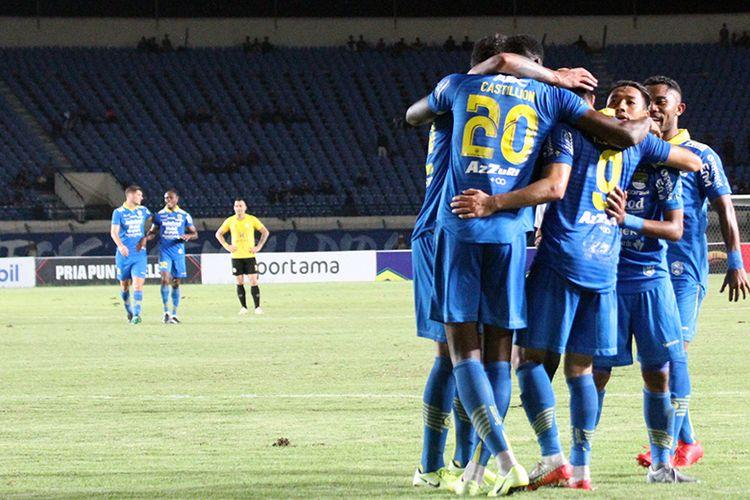 Para pemain Persib merayakan gol kedua mereka ke gawang Barito Putera, ketika kedua tim beruji tanding, di Stadion Si Jalak Harupat, Selasa (11/2/2020).