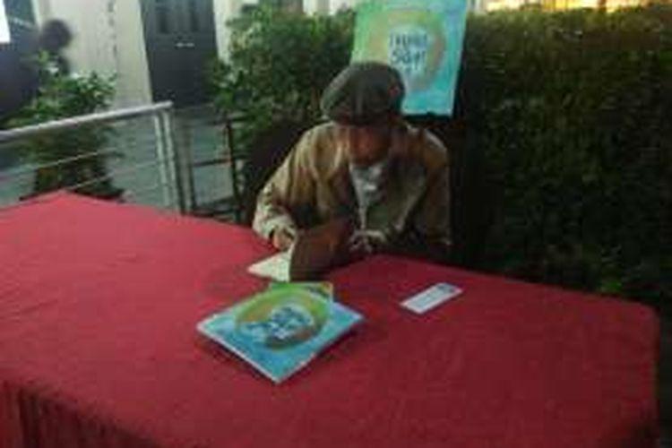 Sapardi Djoko Damono dalam peluncuran bukunya, yang berjudul Mewarnai Hujan Bulan Juni, di Hotel Ibis, Cawang, Selasa (12/4/2016).