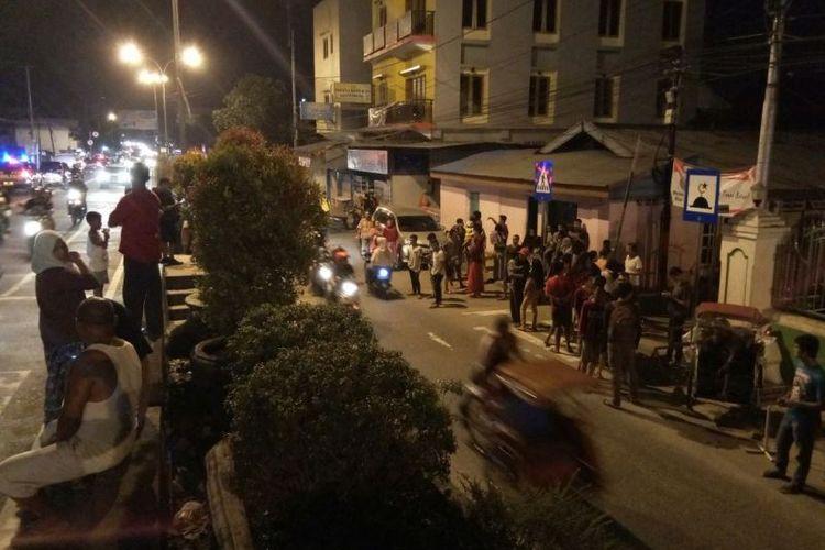 Warga berhamburan di jalanan sesaat setelah Ambon diguncang gempa sebanyak 5 kali, Selasa (31/10/2017) malam.