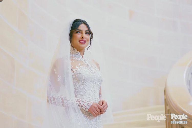 Priyanka Chopra dalam balutan busana pengantin putih rancangan Ralph Lauren.