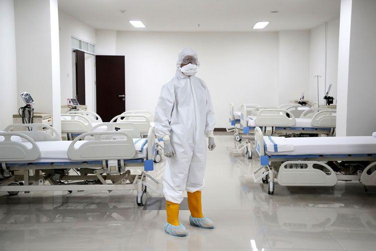 Petugas medis bersiap di ruang perawatan Rumah Sakit Darurat Penanganan COVID-19 Wisma Atlet Kemayoran, Jakarta, Senin (23/3/2020). Presiden Joko Widodo yang telah melakukan peninjauan tempat ini memastikan bahwa rumah sakit darurat ini siap digunakan untuk karantina dan perawatan pasien Covid-19. Wisma Atlet ini memiliki kapasitas 24 ribu orang, sedangkan saat ini sudah disiapkan untuk tiga ribu pasien. ANTARA FOTO/Kompas/Heru Sri Kumoro/Pool/aww.