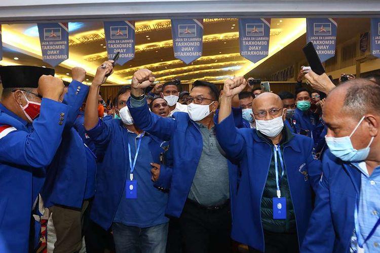 Moeldoko (tengah) tiba di lokasi Kongres Luar Biasa (KLB) Partai Demokrat di The Hill Hotel Sibolangit, Deli Serdang, Sumatera Utara, Jumat (5/3/2021).  Berdasarkan hasil KLB, Moeldoko terpilih menjadi Ketua Umum Partai Demokrat periode 2021-2025.