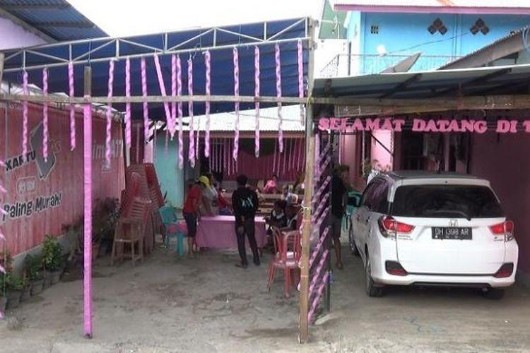 Tempat Pemungutan Suara (TPS) 30, Kelurahan Oesapa, Kecamatan Kelapa Lima Kota Kupang, NTT ini dibuat dengan nuansa hari valentine