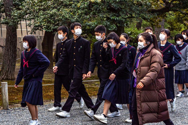 Siswa-siswa di Jepang mengenakan masker setelah wabah virus corona merebak di negara itu.