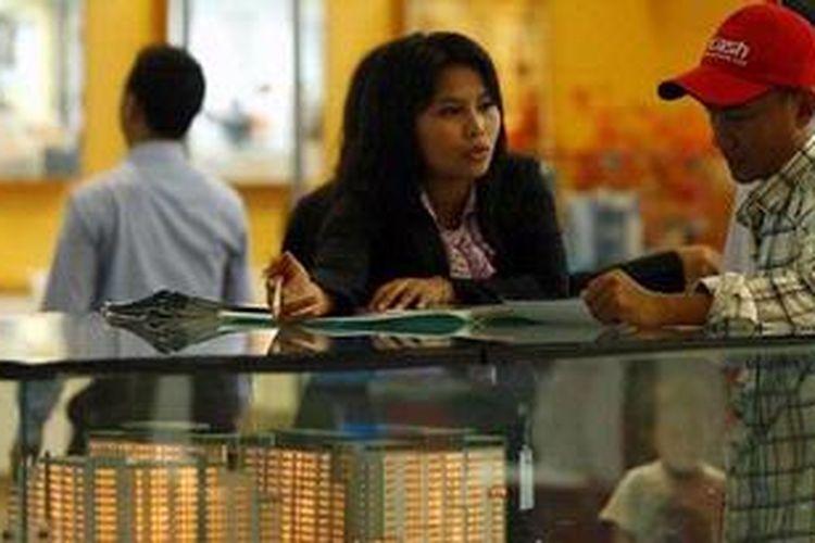 Sales melayani calon pembeli dalam acara BTN Property Expo 2013 di Jakarta Convention Center, Senayan, Senin (4/2/2013). Dalam acara yang berlangsung hingga 10 Februari ini dipamerkan berbagai penawaran harga produk properti seperti apartemen, perumahan, dan rumah toko. KOMPAS IMAGES/RODERICK ADRIAN MOZES