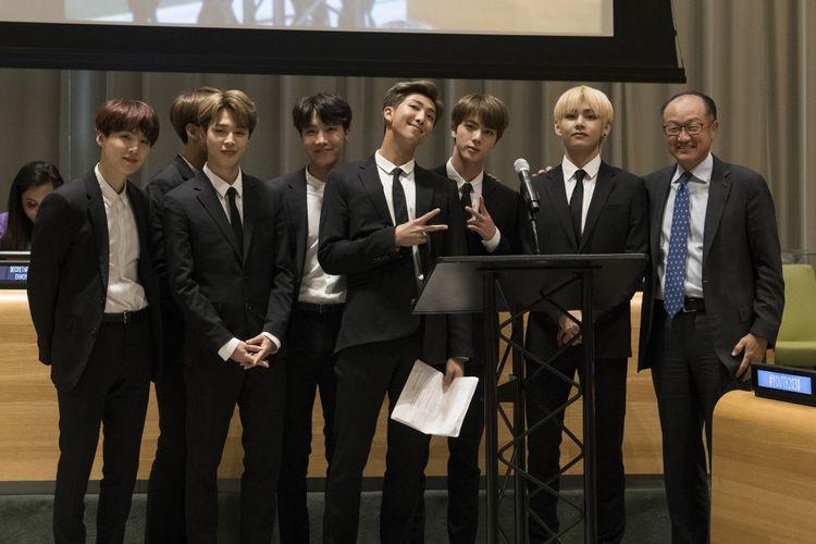 Presiden Bank Dunia Jim Yong Kim (paling kanan) berfoto dengan para member BTS di pertemuan yang membahas masalah kaum muda di Markas Besar PBB di New York, Amerika Serikat, Senin (24/9/2019).