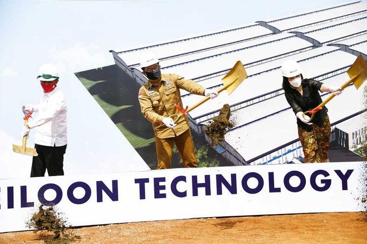 Kepala Badan Koordinasi Penanaman Modal (BKPM) Bahlil Lahadalia dan Gubernur Jabar Ridwan Kamil saat menghadiri groundbreaking pembangunan pabrik PT Meiloon Technology Indonesia di Taifa Industrial Estate, Pagaden, Kab. Subang, Selasa (21/7/2020).
