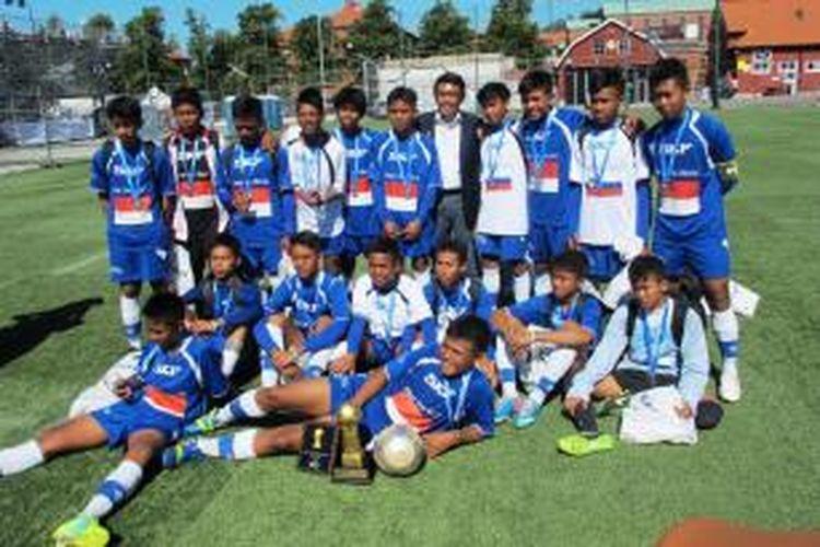 Tim ASIOP Apacinti SKF Indonesia berfoto bersama Dubes RI untuk Swedia, Dewa Made Juniarta Sastrawan (tengah), seusai final kelompok umur 14 tahun Piala Gothia 2013, Sabtu (20/7/2013). Tim ASIOP SKF menduduki posisi runner up Gothia 2013.