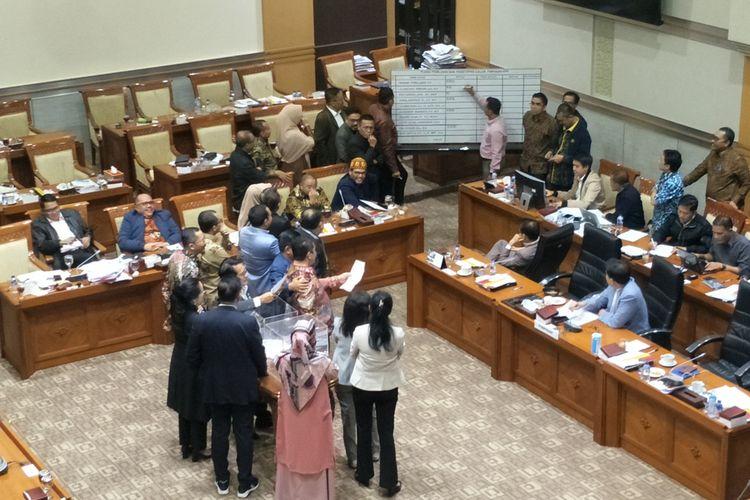 Komisi III DPR telah menetapkan lima calon pimpinan Komisi Pemberantasan Korupsi (capim KPK) periode 2019-2023.  Pemilihan calon pimpinan dilakukan melalui mekanisme voting setelah tahap uji kepatutan dan kelayakan di ruang Komisi III, Kompleks Parlemen, Senayan, Jakarta, Jumat (13/9/2019) dini hari.