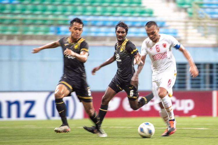 Pemain PSM Makassar, Ferdinand Sinaga (kanan), berusaha lepas dari kawalan dua pemain Tampines Rovers dalam pertandingan AFC Cup 2020 pada hari Rabu (12/2/2020).