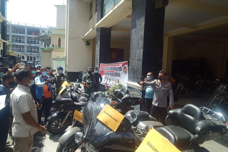 Polisi memperlihatkan moge milik anggota klub HOG yang keroyok anggota TNI diamankan di Polda Sumbar, Selasa (21/12/2020)