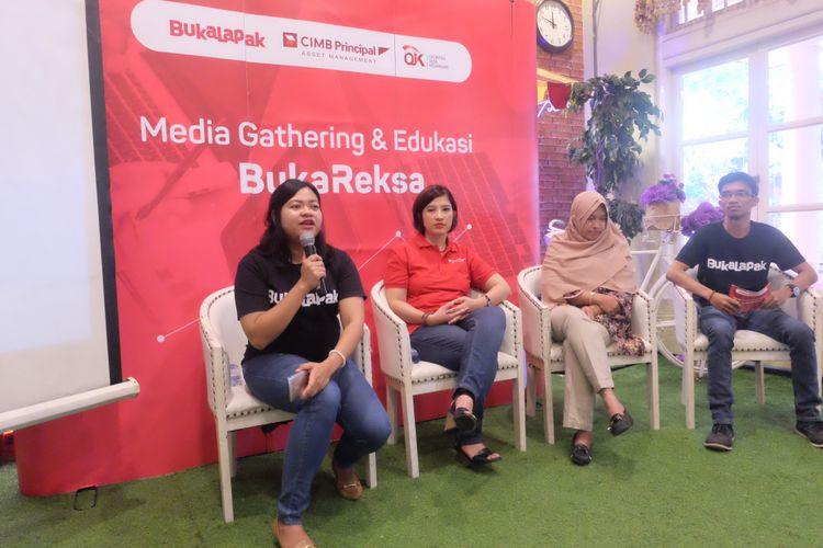 Business Development Manager Bukalapak Gahayu Handari mengajak para pelapak muda menabung Reksadana, di Semarang, Sabtu (19/8/2017)