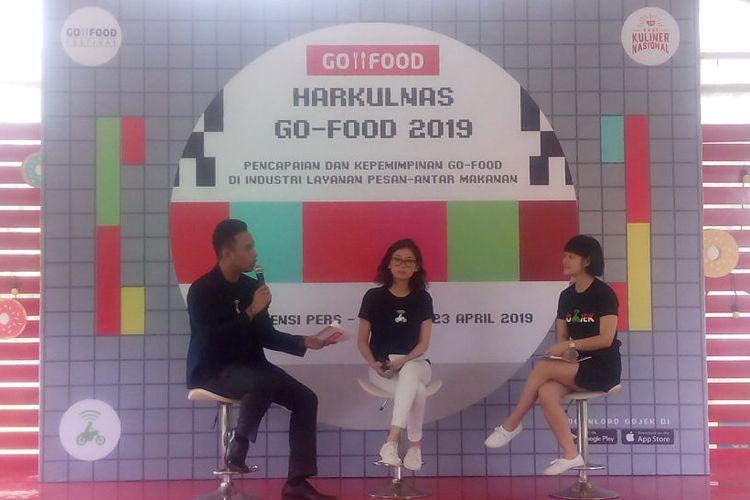 Senior Marketing Manager Go-Food, Marsela Renata (tengah) dan Chief Commercial Expansion Go-Jek, Catherine Hindra Sutjahyo (kiri) memberikan penjelasan Harkulnas Go-Food 2019 dalam konferensi pers di di Kompleks Gelora Bung Karno (GBK), Jakarta, Selasa (23/4/2019).