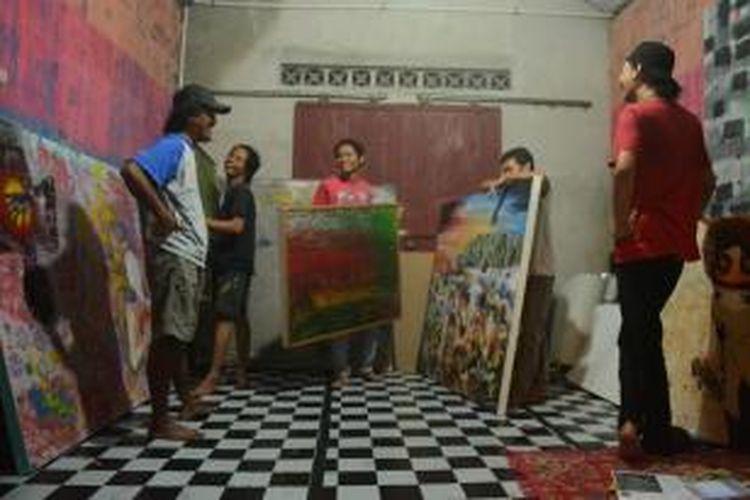 Para pelukis yang akan berpameran sedang mempersiapkan karya mereka di sebuah studio di dekat ISI Yogyakarta.