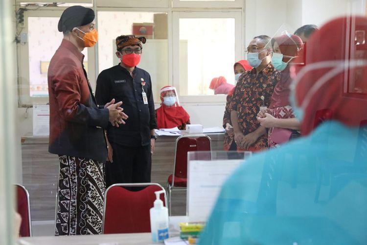 Gubernur Jawa Tengah Ganjar Pranowo meninjau proses vaksinasi di RSUD Gunawan Mangunkusumo