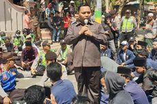 Saat Mahasiswa Duduk Lesehan di Aspal Bareng Polisi dan Anggota DPRD