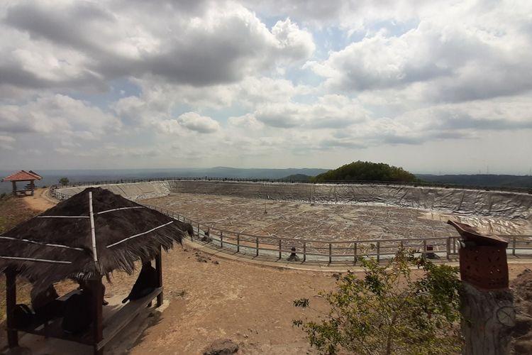 Kondisi Embung Nglanggeran, Kecamatan Patuk, Gunungkidul, Mengering. Rabu (9/10/2019)