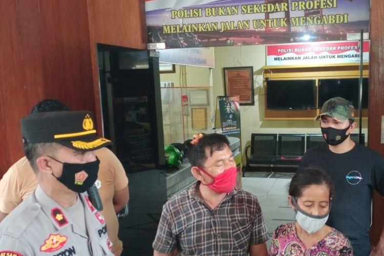 Pasangan suami istri AN (55) dan DW (50) saat berada di Polsek Seberang Ulu 1 Palembang, Rabu (23/6/2021).