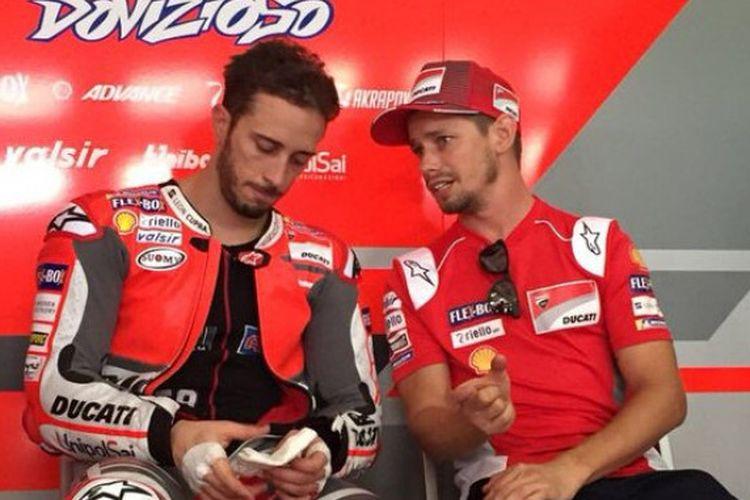 Pebalap Ducati, Andrea Dovizioso, sedang berdiskusi dengan Casey Stoner saat menjalani tes pramusim di Sirkuit Sepang, Selangor, Malaysia (28/1/2018).