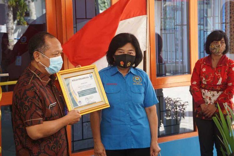 Kepala BNNP Jawa Tengah Brigjen Pol Benny Gunawan (kiri) didampingi Kepala BNN Kabupaten Magelang, AKBP Catharina, pada saat peresmian Gedung Pelayanan Masyarakat Pusat Informasi Edukasi BNN Kabupaten Magelang, Jumat (11/9/2020).