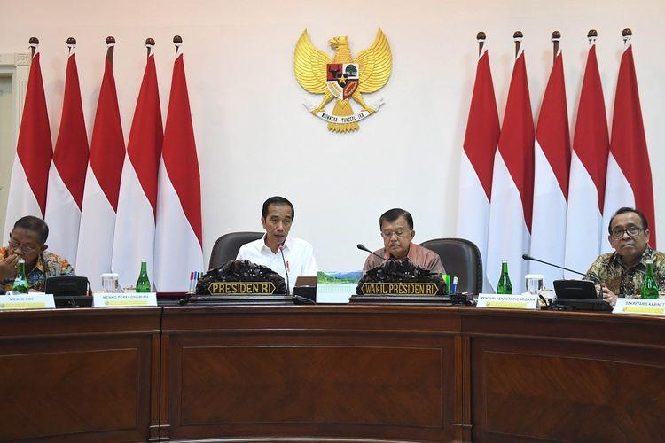 Presiden Joko Widodo (kedua kiri) didampingi Wakil Presiden Jusuf Kalla (kedua kanan), Mensesneg Pratikno (kanan) dan Menko Perekonomian Darmin Nasution (kiri) memimpin rapat terbatas (ratas) di Kantor Presiden, Jakarta, Rabu (4/9/2019). Ratas itu membahas antisipasi perkembangan perekonomian dunia. ANTARA FOTO/Akbar Nugroho Gumay/foc.