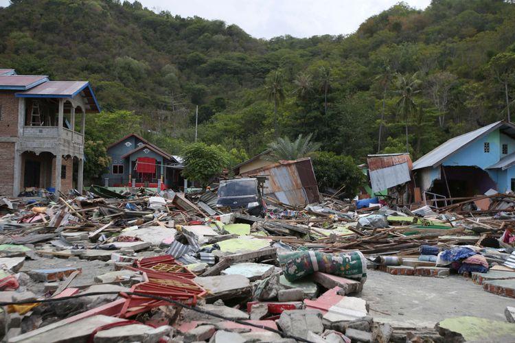 Kerusakan di Desa Loli Saluran, Kecamatan Banawa, Kabupaten Donggala, Sulawesi Tengah, pasca gempa dan Tsunami, Rabu (3/10/2018). Gempa yang terjadi di Palu dan Donggala mengakibatkan 925 orang meninggal dunia dan 65.733 bangunan rusak.