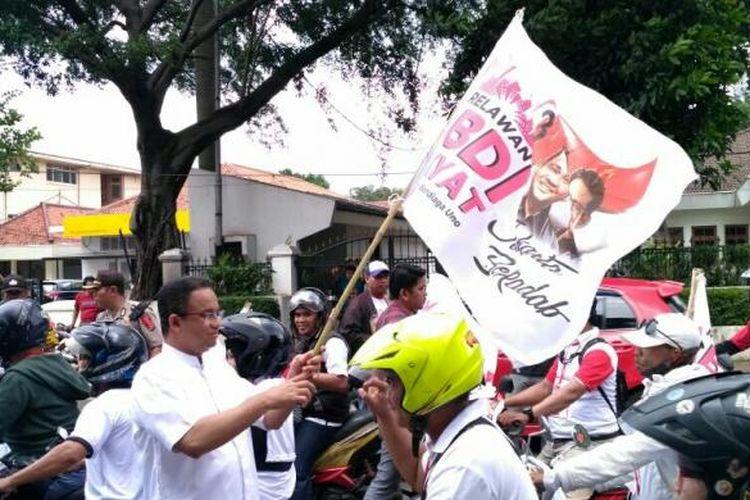 Calon gubernur DKI Jakarta Anies Baswedan melepas konvoi Relawan Abdi Rakyat yang melakukan