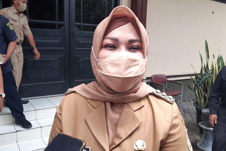 Bupati Klaten Sri Mulyani ditemui seusai menghadiri rapat paripurna di Gedung DPRD Kabupaten Klaten, Jawa Tengah, Senin (15/3/2021).