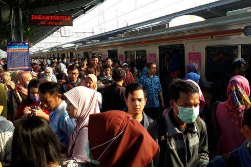 Kebakaran di Stasiun Klender, Penumpang Berjubel di Stasiun Bekasi