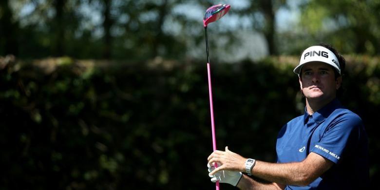 Pegolf Amerika Serikat Bubba Watson melihat hasil pukulan tee-nya pada hole kedua putaran ketiga The Masters yang berlangsung di Augusta National Golf Club, Sabtu (12/4/2014).