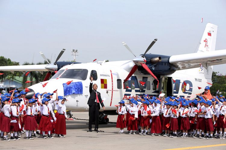 Presiden Joko Widodo saat pemberian nama dan uji terbang di Lanud Halim Perdanakusuma, Jakarta, Jumat (10/11/2017). Pesawat N219 adalah pesawat buatan lokal, kolaborasi antara PT Dirgantara Indonesia (DI) bekerjasma dengan Lembaga Antariksa dan Penerbangan Nasional (Lapan). KOMPAS IMAGES/KRISTIANTO PURNOMO