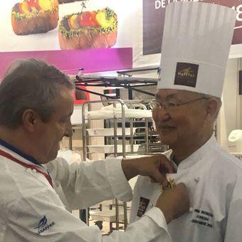 Christian VABRET ? Meilleur Ouvrier de France ? Fondateur  Coupe du Monde de la Boulangerie  menyematkan medali kehormatan pada William Wongso.